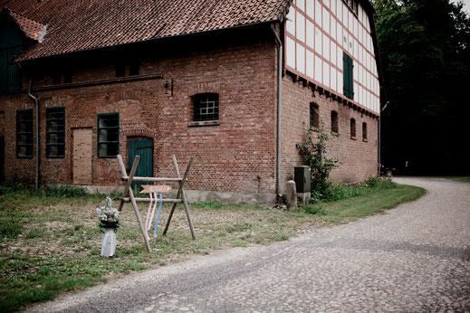 Freie Trauung in Tiste beim Klostergut Burg Sittensen mit fotografin Vanessa Teichmann Samuelsen und der rednerin Jasmin Rathke von Trauzucker aus Hamburg. Sommer 2018 Hochzeit Vintage Wedding Wegweiser Schilder