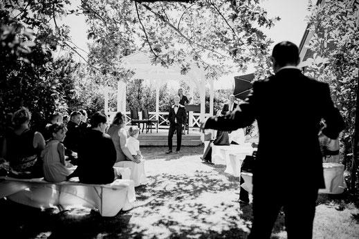 trauung in jork im hotel altes land, garten hochzeit draußen freie trauung mit fotograf vanessa teichmann samuelsen von breathtakingshootings aus zeven sittensen stade hamburg bremen