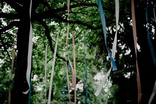Freie Trauung in Tiste beim Klostergut Burg Sittensen mit fotografin Vanessa Teichmann Samuelsen und der rednerin Jasmin Rathke von Trauzucker aus Hamburg. Sommer 2018 Hochzeit Vintage Wedding Wegweiser Bänder