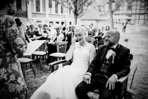 Freie Trauung in Tiste beim Klostergut Burg Sittensen mit fotografin Vanessa Teichmann Samuelsen und der rednerin Jasmin Rathke von Trauzucker aus Hamburg. Sommer 2018 Hochzeit Vintage Wedding auf dem Land Trauzeugen und deko freudentränen
