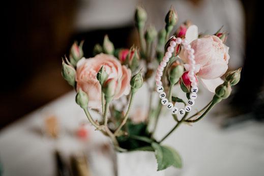 getting ready, bride, braut, trauzeugin, fertig machen, anziehen, kleid, dress, makeup, buxtehude, moisburg, ovelgönne, armband, bändchen