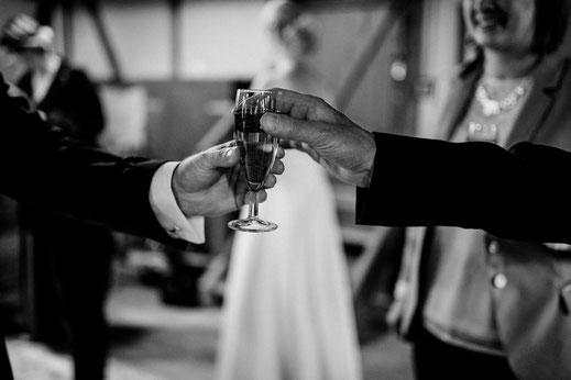 teichmann, samuelsen, hochzeit, wedding, braut, paar, brautpaar, sittensen, mühle, idee, posen, standesamt, zeven, bremen, altes land, glück, liebe, real, echt, fotografin, sekt, champanger,