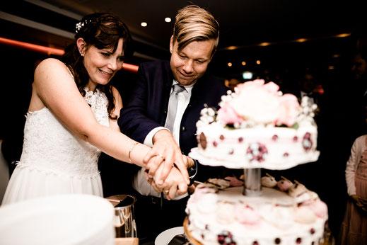 Kiel, Standesamtliche Trauung, wedding, realwedding, stade, bremen, hamburg, jork, zeven, Deck 8, Atlantik Hotel Kiel, Party, Feier, Hochzeit, brautpaar, Torte, anschneiden