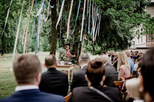 Freie Trauung in Tiste beim Klostergut Burg Sittensen mit fotografin Vanessa Teichmann Samuelsen und der rednerin Jasmin Rathke von Trauzucker aus Hamburg. Sommer 2018 Hochzeit Vintage Wedding auf dem Land Trauzeugen und deko