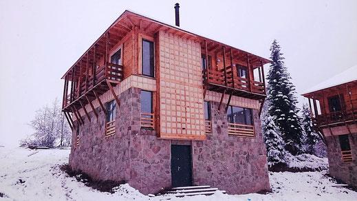 Neue Gästehäuser am Goderdzi Pass in lokaler Architektur.