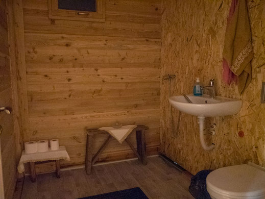 Wasser läuft, es ist warm und die Badezimmer haben die ganze saison gehalten. © Tobias Luthe.