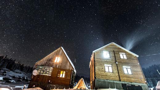 Links unser Küchenhaus und rechts unser Wohnhaus im Winter 2016/17.