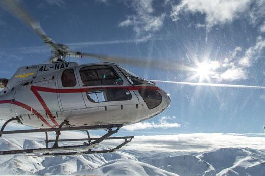 Und schon wieder im Helikopter - was für ein Tausch: Walters Drohnen-Bilder landen im offiziellen Promotion Video Georgiens und dafür kriegen wir eine Freiflug zu den Japanese Forrests.