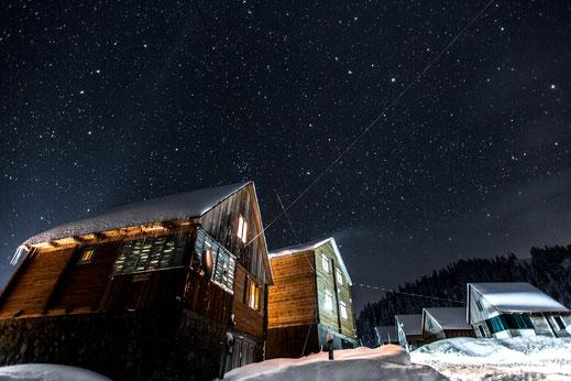Unsere einfachen Cottages in der Pionier Saison unterm Sternenhimmel, Bakhmaro, Januar 2017. © whitehearts.de
