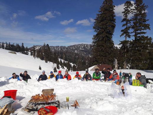 Picknick in Biasura. Wir hatten zwar weniger Schnee als in der PionierSaison, dafür aber auch mehr Bluebird Tage...