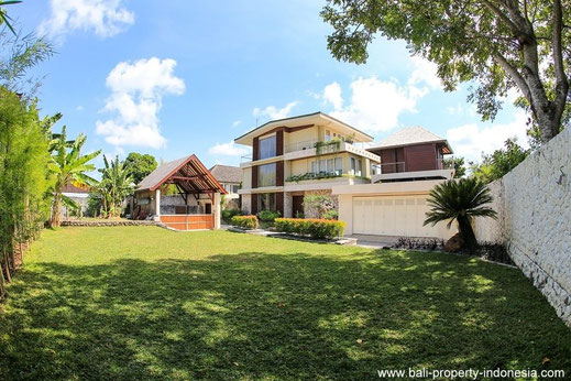High quality villa for sale in Balangan.  A excellent maintained superb villa with stunning views over Bali offering you 4 bedrooms and holding a Freehold title.
