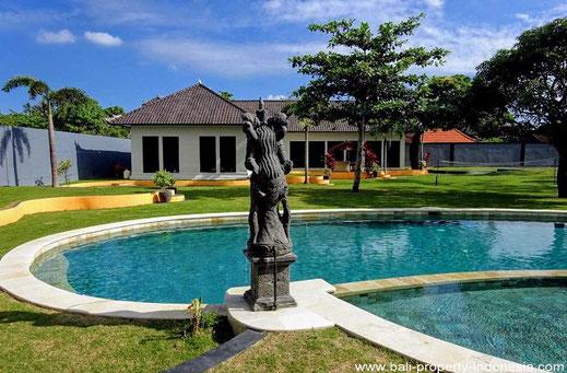 Kerobokan modern villa with a very large garden for sale