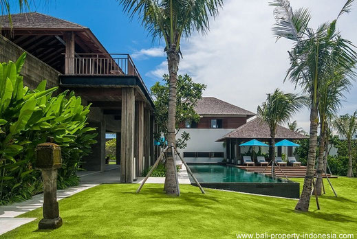 Luxurious villa for sale located at a very short distance from the ocean. A villa with a total of 7 bedrooms.