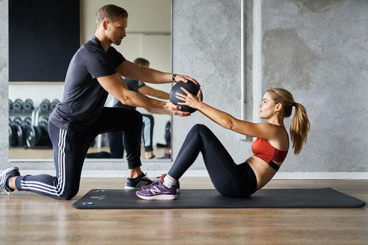 Personal trainer met dame in sportschool Hoorn