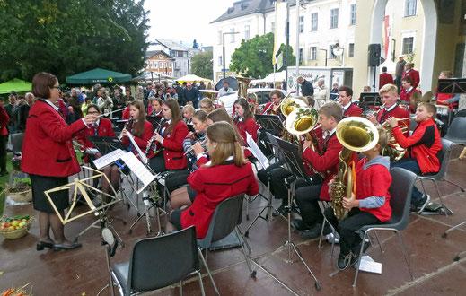 Das Jugendorchester am Bauernmarkt in Mondsee.