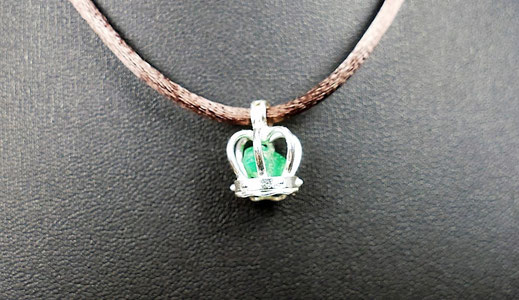 Pendentif cage avec pierre précieuse brute bijoux