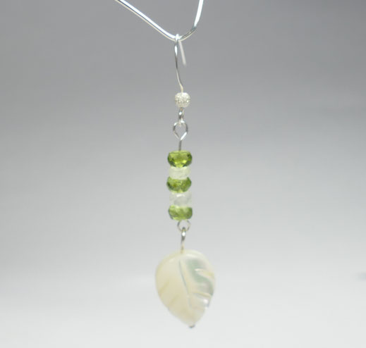 Boucles d'oreilles avec perle de péridot du pakistan, pierre de lune d'Inde et nacre