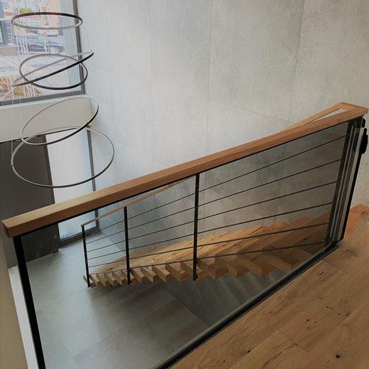 Kragarmtreppe aus Eiche und Stahlgeländer schwarz matt lackiert und Holzhandlauf