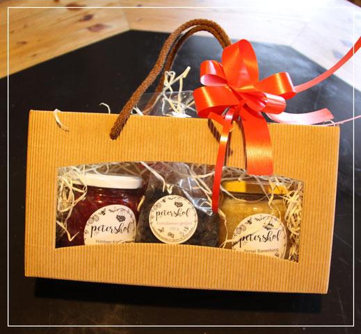 Geschenktasche mit auserlesenen Produkten vom petershof in Kärselen