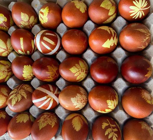 Traditionell mit Wildkräutern gefärbte Eier