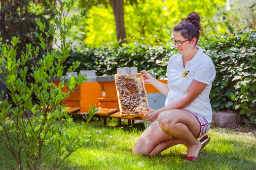 Die Berliner Imkerin Johanna Trenkelbach bringt mit ihren 70 Berliner Bienenvölkern eine reiche Ernte ein.
