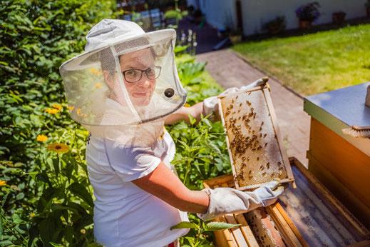 Imkerin Johanna bei der Kontrolle der Honigräume.