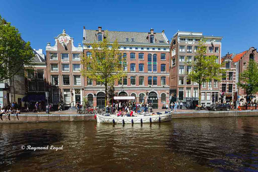 amsterdam old town canal buildings boats
