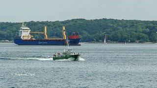 Vor dem Nord-Ostsee-Kanal - Schiff wartet vor Kiel auf die Einfahrt in den NOK