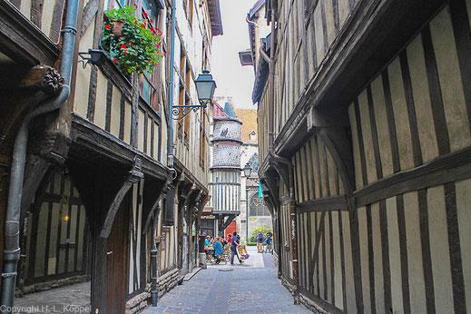 Bild: Die berühmte Ruelle des Chats – das Katzengässchen in Troyes