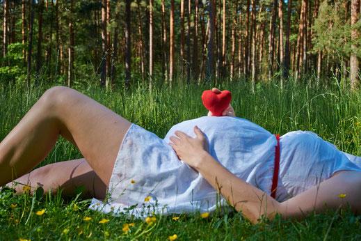 Femme enceinte allongée, heureuse pendant sa grossesse et en bonne santé