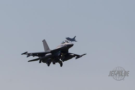 F16 beim landen in Leeuwarden