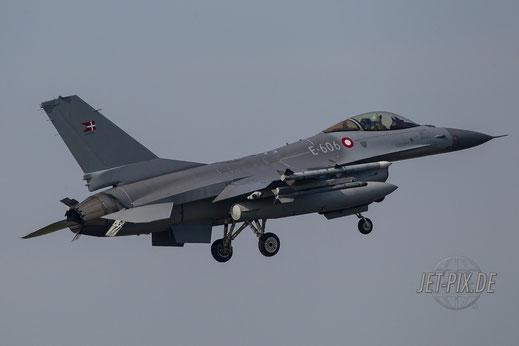 Dänische F16 bei der Landung in Leeuwarden