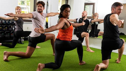 Frau trainiert den Rücken auf Bank mit Trainer