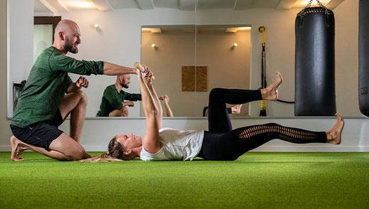 Junge Mütter trainieren in einem Fitnesskurs