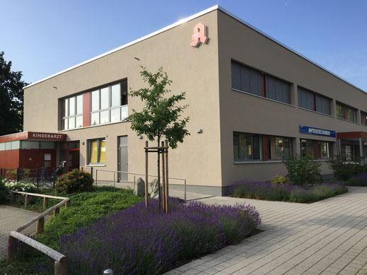 Unsere Praxis befindet sich im Erdgeschoß des Ärztehauses Leuben direkt an der Kreuzung Zamenhofstraße/ Breitscheidstraße. Der Praxiseingang befindet sich an der linken Seite neben der Apotheke.