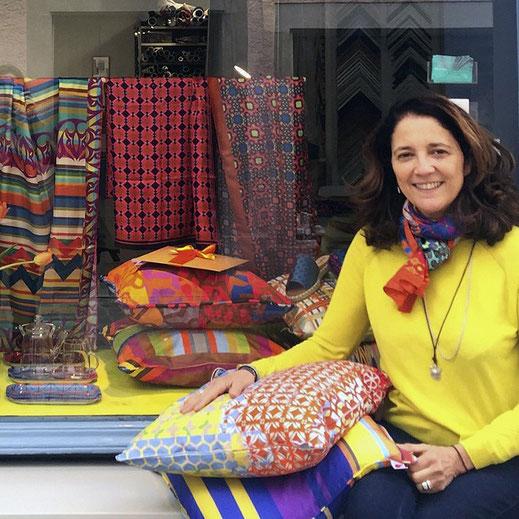 Bei allem Anspruch, hochwertige Textilkunst in kleiner Auflage zu machen, gelingt es Regina Pereto, brauch- und tragbare Textilien zu schaffen. Sie bekennt sich vollen Herzens zu ihrer Selbständigkeit und der damit gewonnenen Freiheit.