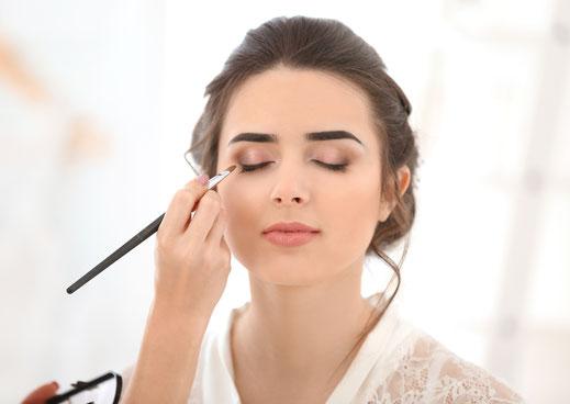 Frau wird mit Tages-Make-Up geschminkt