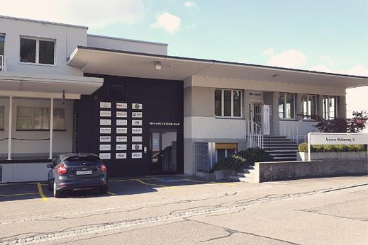 Eingang zur Gesundheitspraxis MAYA LANG in Lenzburg