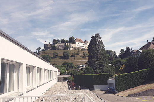 Blick auf Schloss Lenzburg von der Gesundheitspraxis MAYA LANG, Lenzburg