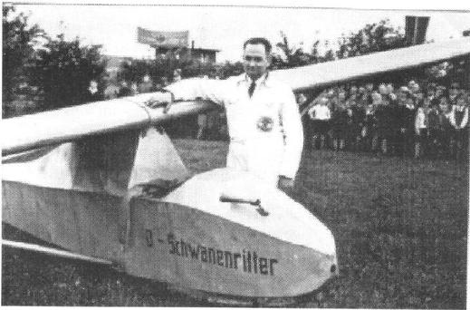 """Das Grunau-Baby """"Schwanenritter"""" steht am Start zu einem Schauflug im Rahmen einer Flugvorführung Mitte der 30er Jahre"""