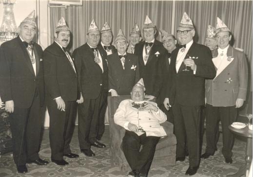 """1. März 1973 Interconti """"150 Jahre Kölner Karneval"""" v.l.n.r. Hans Kramer (Gr. Dünnwalder), Hans Gernert, Theo Burauen, Jupp Decker, Fred Gipp (Alt Severin), nicht bekannt, Ralf-Bernd Assenmacher, Martin Sauer (Falkensteiner), Theo Hack (Uhu), Addy Meyer ("""