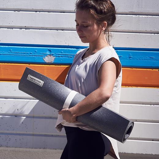 Hier kannst du dir eine dunkle recycelte hejhej-mat Yogamatte bestellen.