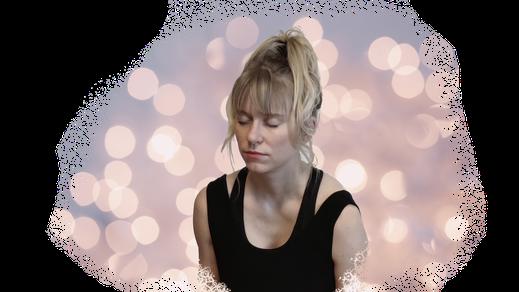 Blonde Frau meditiert im Licht