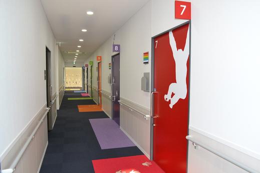 12 の診療室のドアには動物のシルエットが描かれている