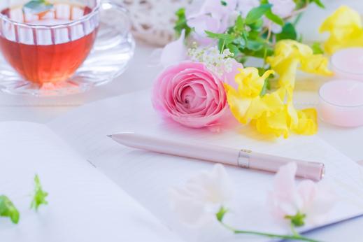 ハート形のいれものにいっぱい入ったカラフルなマーブルチョコ。