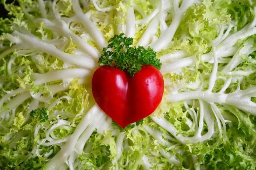 レタスの上に置かれたハート形のミニトマト。