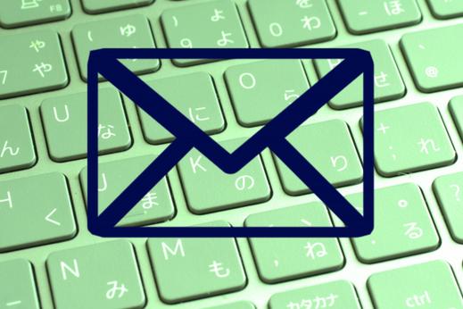 ノートパソコンのキーボードに置かれた眼鏡。鉢植えの観葉植物。テイクアウトのコーヒーカップ。