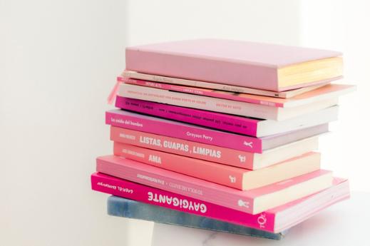ピンクのチューリップ。パソコンのマウス。白の電卓。