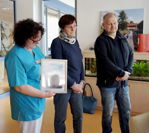 Schw. Heike Reichardt (li.) mit dem Foto des Verstorbenen, daneben Schwester und Sohn