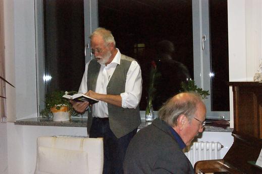 Helmut Krause (OA i.R.) als Laudator (li.) und Pfarrer i.R. Reiner Bräutigam als Pianist